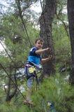 sporty ekstremalne Chłopiec obwieszenie na kablach fotografia royalty free