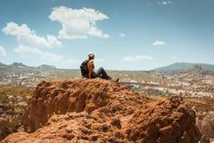 Sporty hiker женщины na górze горы Стоковое Изображение RF