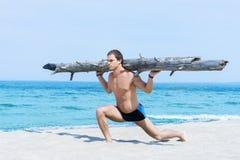 Sporty i umięśniony mężczyzna szkolenie na lato plaży Obraz Stock