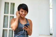 Sporty jogowie jest ubranym słuchawki fotografia stock