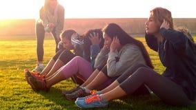 Sporty kobiet robić siedzi podnosi podczas sprawności fizycznej klasy zbiory wideo