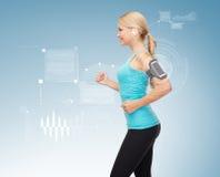 Sporty kobieta bieg z smartphone i słuchawkami Obraz Royalty Free