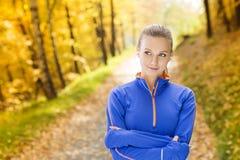Sporty kobieta biegacz słucha muzyka w naturze zdjęcie stock