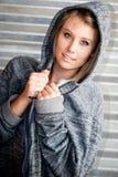 Sporty kobieta jest ubranym kapturzastą bluzę sportowa Obrazy Royalty Free