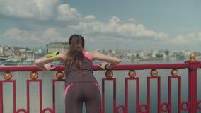 Sporty kobieta jogging i robi pcha ups na moście zbiory
