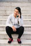 Sporty kobieta na smartphone wezwaniu obraz stock