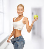 Sporty kobieta pokazuje dużych spodnia obraz stock