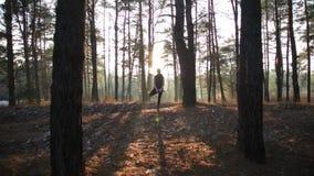 Sporty kobieta robi joga oddycha ćwiczenia przy zmierzchem zdjęcie wideo