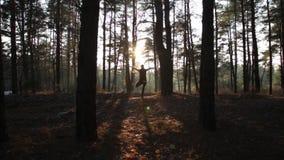 Sporty kobieta robi joga oddycha ćwiczenia przy zmierzchem zbiory wideo