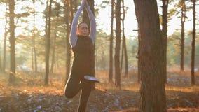 Sporty kobieta robi joga oddycha ćwiczenia przy zmierzchem zbiory