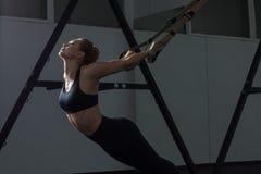Sporty kobieta robi TRX ćwiczy w gym obrazy royalty free