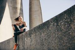 Sporty kobieta siedzi outdoors po sprawności fizycznej szkolenia obrazy stock