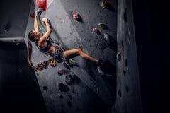 Sporty kobieta wspina się sztucznego głaz indoors zdjęcie royalty free