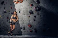 Sporty kobieta wspina się sztucznego głaz indoors zdjęcia royalty free