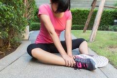 Sporty kobieta z kręconą kostką Zdjęcia Stock