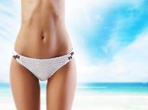 Sporty kobieta z perfect ciałem relaksuje na plaży obrazy royalty free