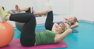 Sporty kobiety robi gimnastycznym ćwiczeniom lub ćwiczy w sprawności fizycznej klasie zbiory