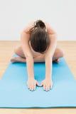 Sporty kobiety rozciągania ręki na ćwiczenie macie Obrazy Royalty Free