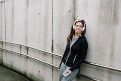 Sporty kobiety słuchająca muzyka w ulicie obraz stock