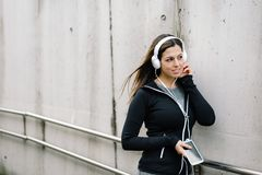 Sporty kobiety słuchająca muzyka w ulicie fotografia royalty free