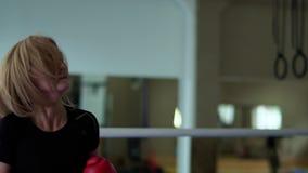 Sporty kobiety szkolenia uderzenia kickboxing z jej nogą z trenerem zbiory wideo