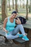 Sporty kobiety w ciąży odpoczywać, woda pitna i fotografia royalty free