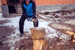 Sporty mężczyzna sieka drewno na gospodarstwie rolnym Fotografia Stock