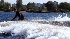 Sporty mężczyzna wakeboarding na rzece Młody sportowa kilwateru surfing na fala zbiory wideo