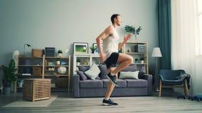 Sporty mężczyzny bieg na punkcie ćwiczy samotnie cieszyć się zdrową aktywność w domu zbiory wideo