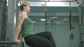 Sporty młoda kobieta robi ćwiczeniu przy gym zbiory wideo