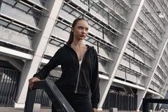Sporty młoda kobieta stoi blisko schodków outdoors Zakończenie obraz stock