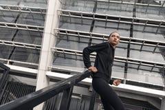 Sporty młoda kobieta stoi blisko schodków outdoors zakończenie, dolny widok zdjęcie royalty free