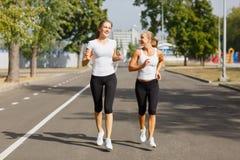 Sporty młode dziewczyny biega na parkowym tle Sportowe, seksowne kobiety, Jogging pojęcie kosmos kopii Fotografia Royalty Free