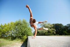 Sporty młodego człowieka doskakiwanie w lato parku Obrazy Stock