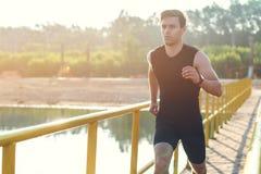 Sporty młodego człowieka jogger ćwiczyć pracujący przy rankiem out outdoors obraz stock