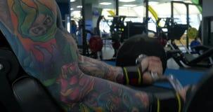 Sporty młody człowiek opracowywał bicepsy Nowożytny sportowy trend, opieka zdrowotna, ciężka praca, kaloria oparzenie dieta, schu zbiory wideo