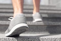 Sporty młody człowiek w szkolenie butach outdoors fotografia royalty free