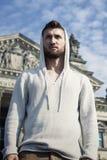 Sporty młody człowiek z brodą przed Reichstag fotografia royalty free
