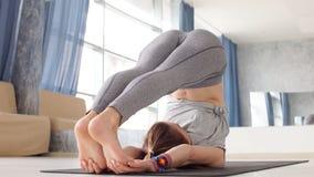 Sporty m?oda kobieta robi joga praktyce - poj?cie zdrowy ?ycie i naturalna r?wnowaga mi?dzy cia?em i umys?owym rozwojem zdjęcie wideo