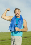 Sporty man flexing his muscles Royalty Free Stock Images