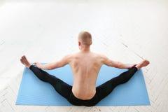 Sporty man practicing yoga Royalty Free Stock Photos