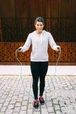 Sporty miastowej kobiety skokowa arkana zdjęcie stock
