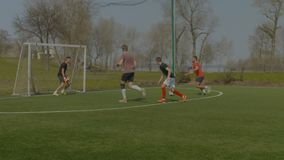 Sporty nastolatkowie bawić się uliczną piłkę nożną w smole zbiory