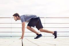 Sporty obsługują w początek pozyci outdoors zdjęcie stock