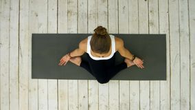 Sporty pięknej młodej kobiety ćwiczy joga, siedzi w krzyżu iść na piechotę pozycję obrazy royalty free