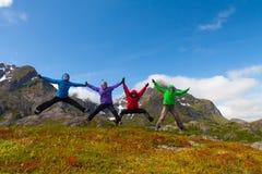 Sporty przyjaciele cieszą się wakacyjną przerwę w Norwegia górach Obrazy Stock