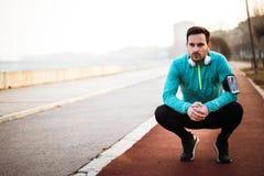 Sporty przystojny mężczyzna odpoczywa po jogging zdjęcia royalty free