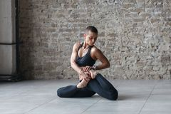 Sporty robi joga ćwiczenia Bharadvaja żeński skręt obraz royalty free