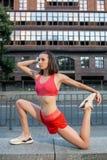 Sporty rozgrzewkowy w górę nóg przed biegać miastowego sprawność fizyczna trening i Sport i styl życia zdrowy pojęcie obraz stock