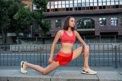 Sporty rozgrzewkowy w górę nóg przed biegać miastowego sprawność fizyczna trening i Sport i styl życia zdrowy pojęcie obrazy stock